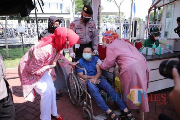 Salah satu disabilitas saat disuntik vaksin Covid-19 di Polres Batu, Selasa (10/8/2021). (Foto: Irsya Richa/ MalangTIMES)