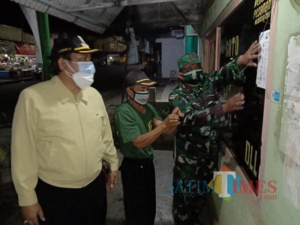 Camat Pagak Ichwanul Muslimin bersama Muspika Pagak saat melakukan operasi di salah satu titik keramaian di Kecamatan Pagak.(Foto: Riski Wijaya/MalangTIMES)