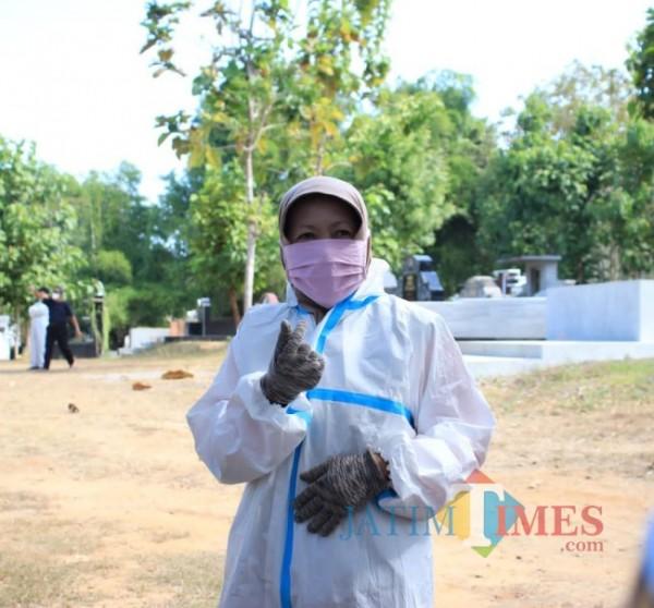 Candra Kirana Nasso saat berada di lokasi pemakaman untuk penanganan janazah covid-19. (Foto:Ist/Jatimtimes.com)