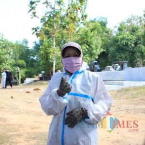 Wanita  Calon Doktor di Universitas Negeri Malang Ini Aktif Jadi Relawan Pemakaman Covid-19