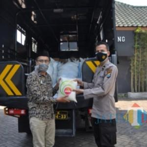 Dukung Program Rumah Ibadah Bergerak, Kapolresta Malang Kota Beri Bantuan Beras 1 Ton dan 50 Paket Sembako