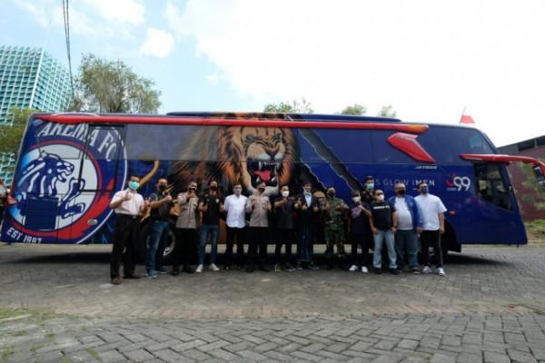 Foto bersama peresmian bus tim Arema FC oleh Gilang Widya Pramana dan manajemen Singo Edan. (foto: Arema FC for MalangTIMES)