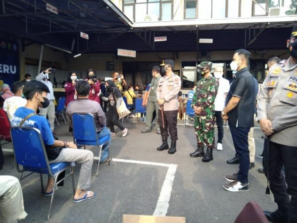 Kapolda Jatim Irjen Nico Afinta dan Pangdam V Brawijaya saat meninjau vaksinasi Aremania di Halaman Polresta Malang Kota (Ist)