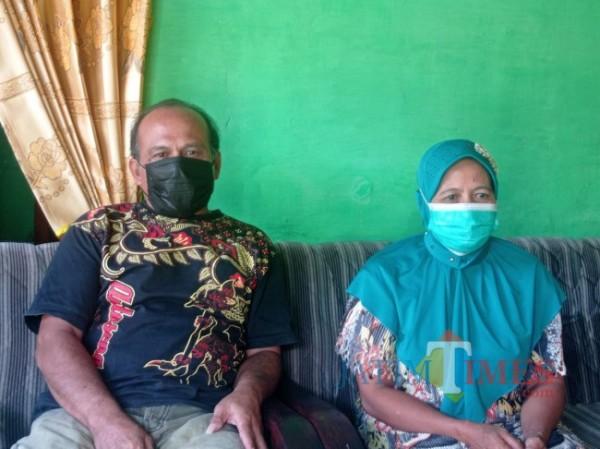 Korban korupsi bansos, Satimun (kiri) dan Raminah, saat dijumpai di rumahnya. (foto: Hendra Saputra/MalangTIMES)