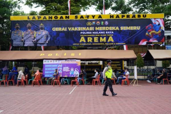 Proses jalannya vaksinasi bagi Aremania di Polres Malang (foto: Humas Polres Malang for MalangTIMES)
