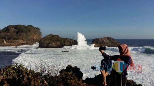 Salah satu spot di Pantai Balekambang, Kabupaten Malang.(Foto: Riski Wijaya/MalangTIMES)