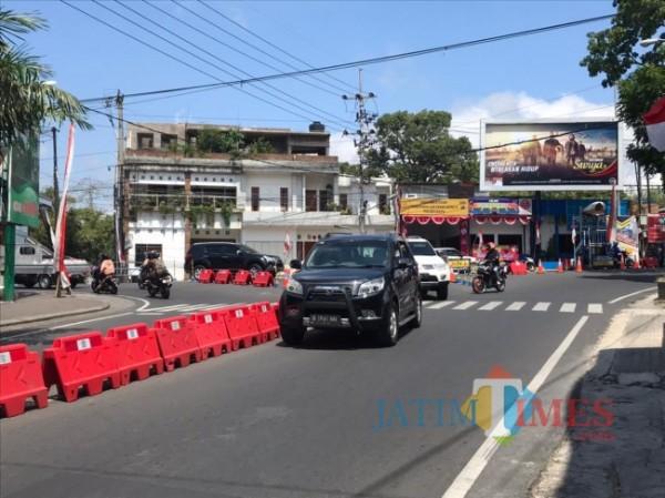 Kondisi penyekatan di simpang tiga Pendem, Kamis (12/8/2021). (Foto: Irsya Richa/MalangTIMES)