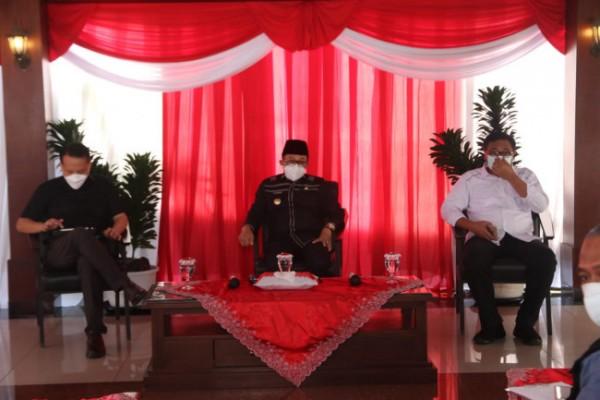 Pertemuan Tim Ahli Kemenkomarves dengan Wali Kota Malang Sutiaji (tengah) terkait penanganan Covid-19 di Kota Malang, Kamis (12/8/2021). (Humas Pemkot Malang for MalangTIMES).