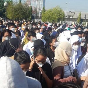 Ikuti Vaksin Pelajar, Antrean Amburadul dan Ribuan Orang Berkerumun di Islamic Center Surabaya
