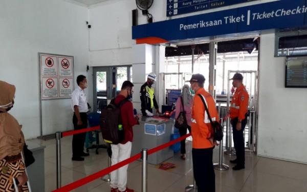 Sejumlah penumpang di stasiun Jombang. (Istimewa)
