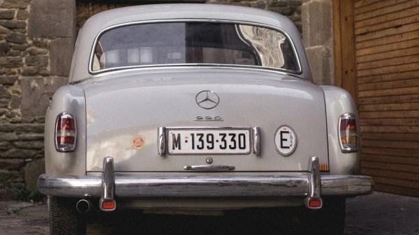 Mobil dengan pelat nomor putih. (Foto: unsplash)