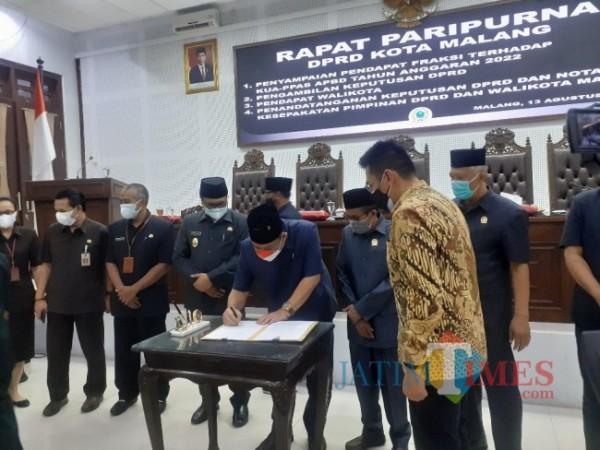 Penandatanganan jeputusan DPRD dan nota kesepakatan pimpinan DPRD dan wali kota Malang di ruang rapat paripurna DPRD Kota Malang, Jumat (13/8/2021). (Arifina Cahyanti Firdausi/MalangTIMES)