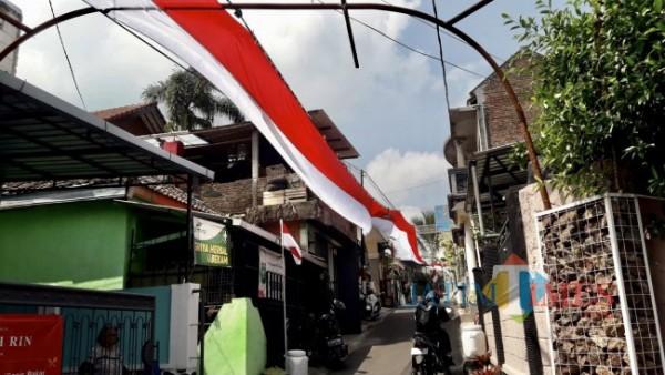 Bendera merah putih sepanjang 300 meter membentang di Desa Punten, Kecamatan Bumiaji, Kota Batu. (Foto: Irsya Richa/ MalangTIMES)