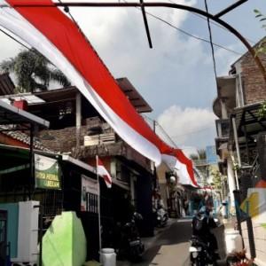 Bendera Merah Putih Membentang Sepanjang 300 Meter di Kota Batu