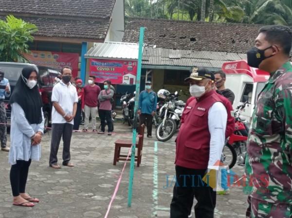 Bupati Malang HM Sanusi (kanan pakai topi) saat melakukan kunjungan di isoter Kecamatan Ampelgading (foto: Hendra Saputra/MalangTIMES)