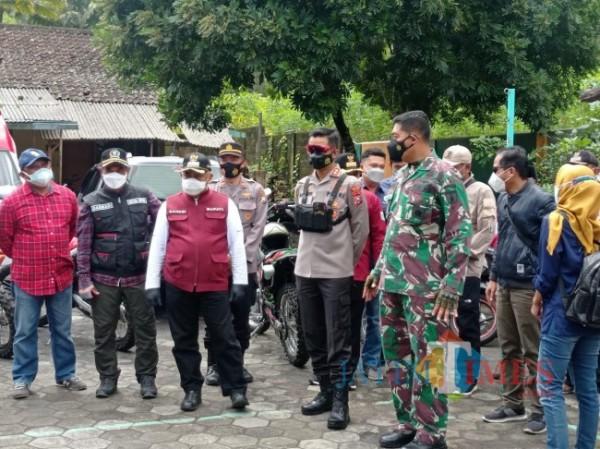 Forkopimda Kabupaten Malang saat baru saja tiba di isoter Kecamatan Ampelgading (foto: Hendra Saputra/MalangTIMES)