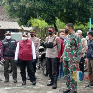 Kunjungi 3 Kecamatan Dalam Sehari, Bupati Sanusi Serahkan Bantuan hingga Pantau Isoter