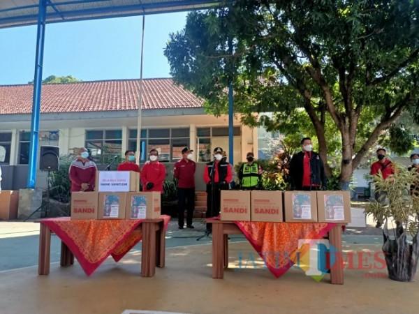 Bupati Malang HM. Sanusi bersama Wabup Malang Didik Gatot Subroto sesaat sebelum menyerahkan bantuan secara simbolis.