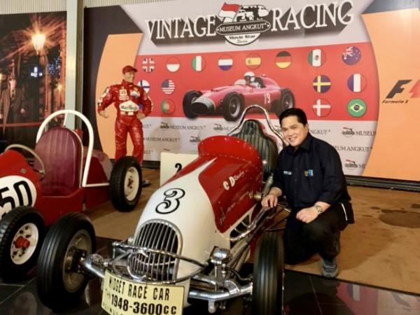Menteri BUMN Erick Thohir saat berswafoto dengan salah satu koleksi mobil Museum Angkut. (Foto: istimewa)