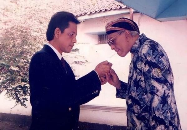 Momen ketika Mangkunegara IX membantu PB XII menyulut rokok.(Foto : Istimewa/Mataram Royal Blood)