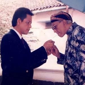 Bantu Sulut Rokok, Potret Keakraban Mangkunegara IX dengan Raja Solo PB XII