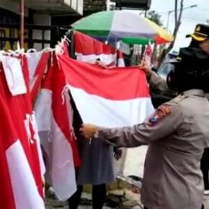 TNI-Polri di Blitar Borong Bendera Merah Putih lalu Dibagikan ke Warga