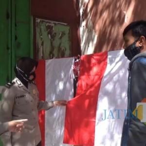Polisi di Bondowoso Keliling Kota Buru Bendera Merah Putih