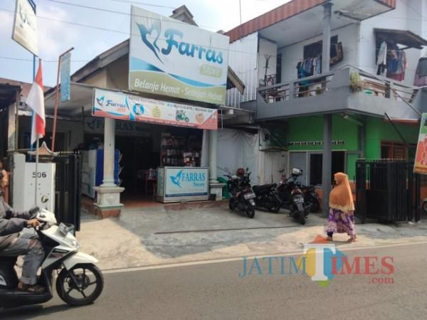 Rumah dan toko yang menjadi tempat penangkapan pasutri yang diduga menjadi penggalang dana terorisme (foto: Hendra Saputra/MalangTIMES)