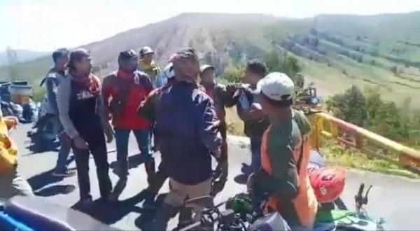 Salah satu adegan saling dorong antara pengendara motor nekat dengan petugas jaga di Pos Jemplang (foto: potongan video Instagram)
