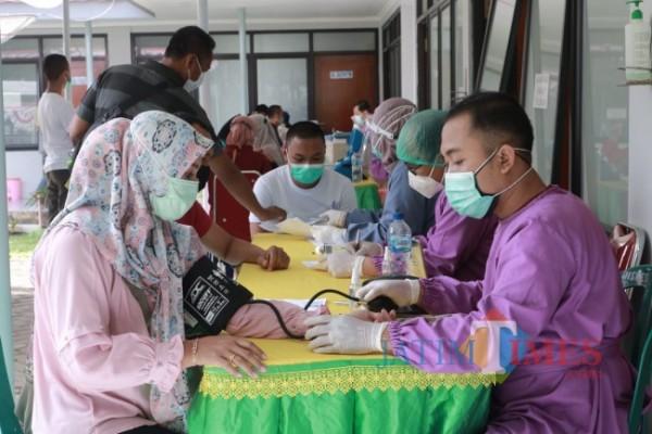 Salah satu kegiatan serbuan vaksinasi yang dilakukan di Desa Sumberbening Kecamatan Bantur Kabupaten Malang. (Foto: Riski Wijaya/MalangTIMES)