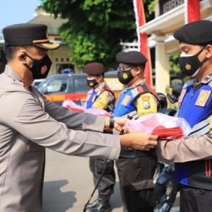 Polres Kediri Borong 2500 Bendera Merah Putih untuk Dibagikan kepada Masyarakat