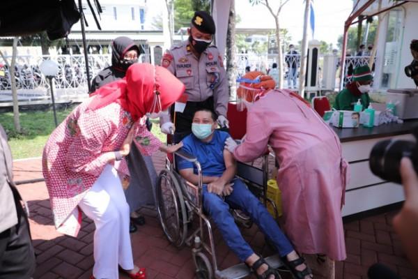Wali Kota Batu Dewanti Rumpoko bersama disabilitas saat vaksinasi Covid-19 di Polres Batu, Selasa (10/8/2021). (Foto: istimewa)