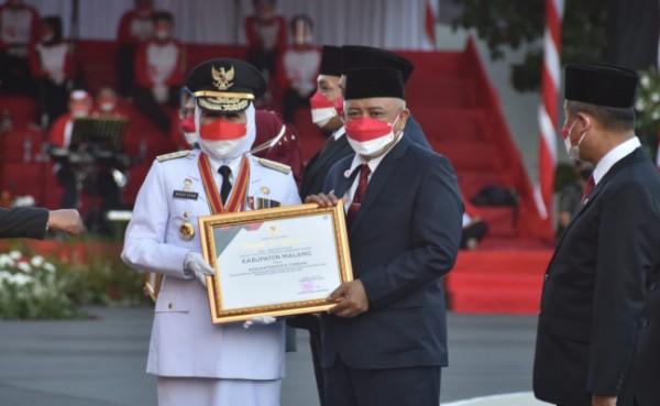 Gubernur Jatim Khofifah Indar Parawansa saat secara simbolis memberikan penghargaan kepada Bupati Malang HM. Sanusi, Selasa (17/8/2021) sore.