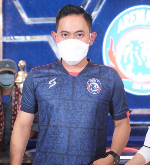 Presiden Arema FC, Gilang Widya Pramana saat mengenakan jersey home baru (foto: Instagram @juragan_99)