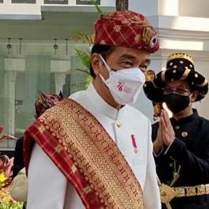 Presiden Jokowi Jadi Inspektur Upacara HUT Ke-76 RI Pakai Baju Adat Lampung