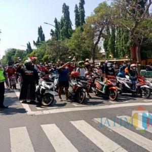Momen Pengguna Jalan di Jombang Lakukan Sikap Sempurna saat Detik-Detik Proklamasi