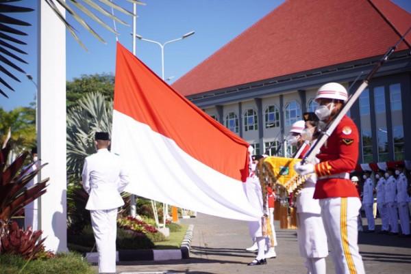 Tim Paskibra Kota Batu saat mengibarkan bendera merah putih di halaman Balai Kota Among Tani, Selasa (17/8/3021). (Foto: istimewa)