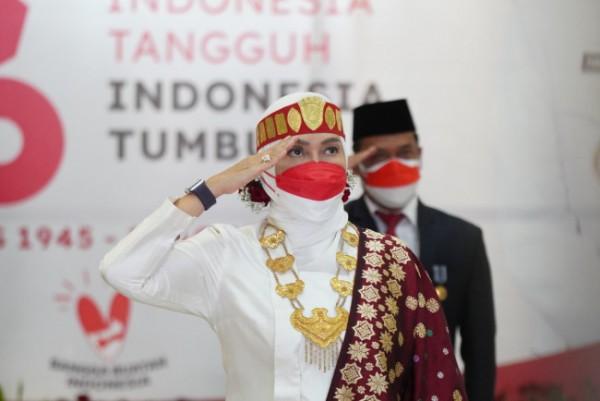 Wali Kota Batu Dewanti Rumpoko gunakan pakaian adat Batak saat mengikuti detik-detik proklamasi secara virtual di Garaha Pancasila, Balai Kota Among Tani, Selasa (17/8/2020). (Foto: istimewa)