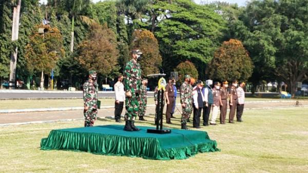 Apel gelar pasukan serentak dalam rangka pemindahan isoman ke isoter di wilayah Malang Raya di Lapangan Rampal, Rabu (18/8/2021). (Foto: Istimewa)