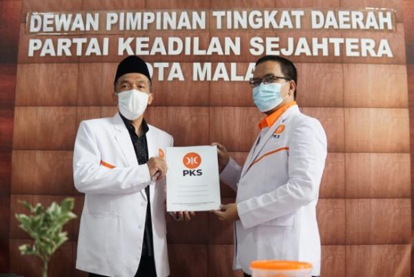 Bayu Rekso Aji (kanan) saat menerima SK jabatan sebagai Ketua Fraksi PKS DPRD Kota Malang dari Ketua DPD PKS Kota Malang Ernanto Djoko Purnomo. (Foto: Istimewa).