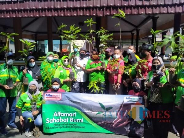 Kegiatan penanaman pohon Alfamart bersama kader lingkungan (foto: Anggara Sudiongko/ MalangTIMES)