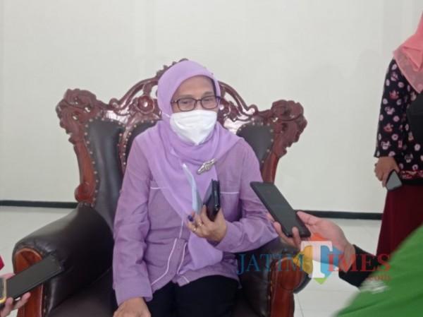Kepala Dinsos-P3AP2KB Penni Indriani (foto: Hendra Saputra/ MalangTIMES)