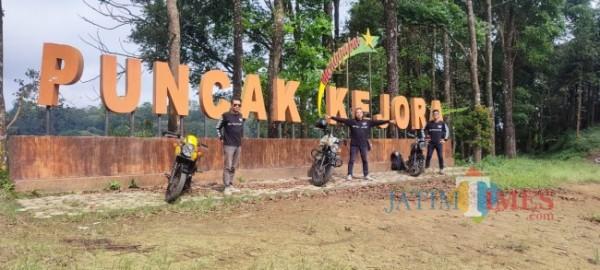 Para bikers berfoto di Puncak Kejora.(Foto ; dok pribadi/Aunur Rofiq/BlitarTIMES)