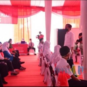 Tinjau Vaksinasi Pelajar di Madiun, Presiden Jokowi Minta Bupati Segera Habiskan Stok