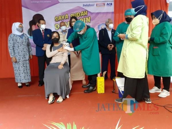Kepala Dinas Kesehatan (Dinkes) Kota Malang dr Husnul Muarif saat melakukan penyuntikan vaksin Covid-19 kepada salah satu ibu hamil di Kota Malang, Kamis (19/8/2021). (Arifina Cahyanti Firdausi/MalangTIMES).
