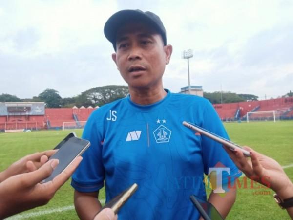 Pelatih Persik Kediri Joko Susilo saat memberikan keterangan.(eko Arif s/jatimtimes)