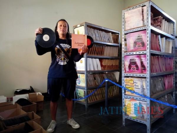 Pewarta BlitarTIMES berpose dengan vinyl lagu Indonesia Raya versi aransemen Jozef Cleber di Lokananta.(Foto : dokpribadi/Aunur Rofiq/BlitarTIMES)