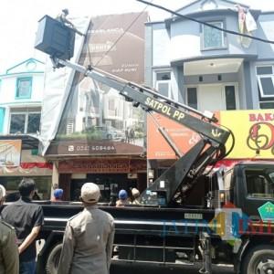 Tunggak Pajak, Puluhan Reklame Dicopot Bapenda dan Satpol PP Kota Malang