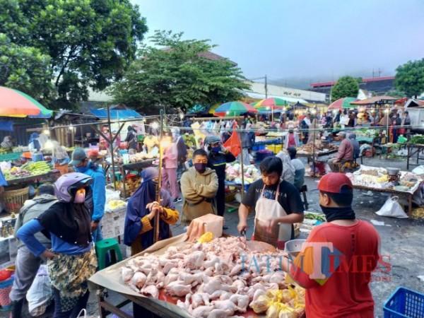Suasana aktivitas jual beli di Pasar Besar Kota Batu. (Foto: Irsya Richa/MalangTIMES)