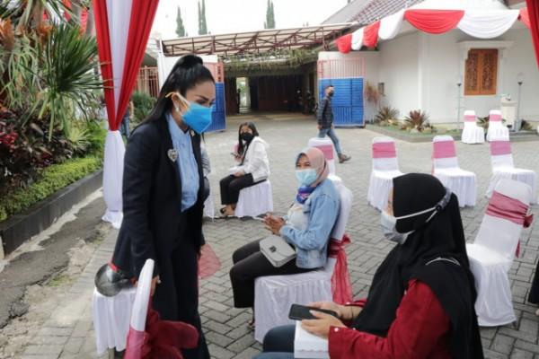 Anggota Komisi IX DPR RI Dapil Malang Raya Krisdayanti saat meninjau vaksinasi Covid-19 di Rumah Dinas Wali Kota Batu, Jumat (20/8/2021). (Foto: istimewa)
